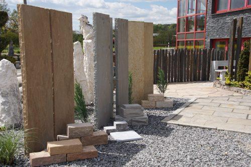 Es sind verschiedene Sichtschutz Elemente aus Quarz-Sandstein zu sehen.