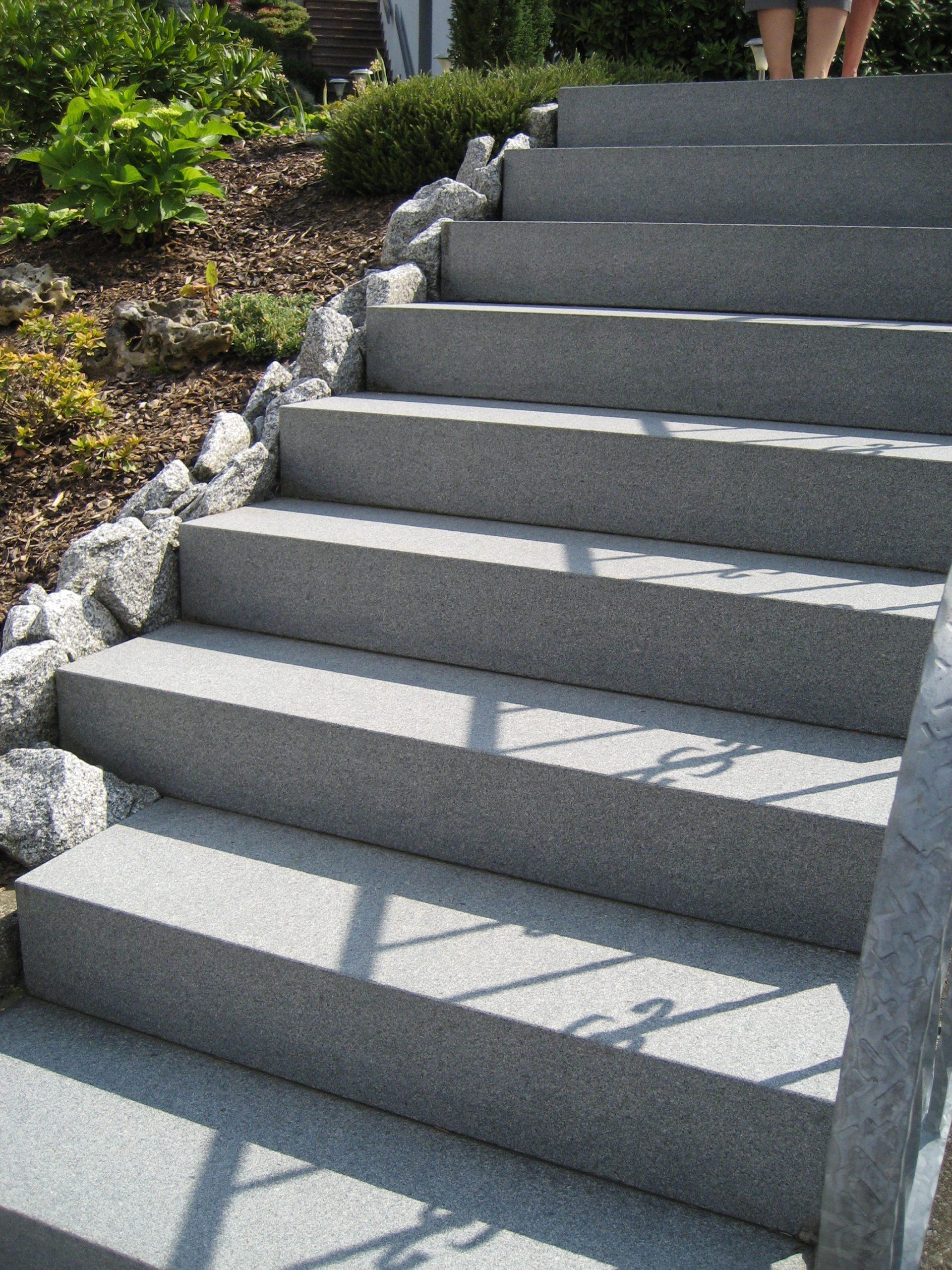 Treppen aus Naturstein im Außenbereich   Bäumler Natursteine